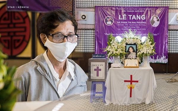 """Ốc Thanh Vân nghẹn ngào tại tang lễ nghệ sĩ Mai Phương: Mới hôm trước còn phải ngồi gục suốt, giờ em ấy đã được ngủ rồi""""-1"""
