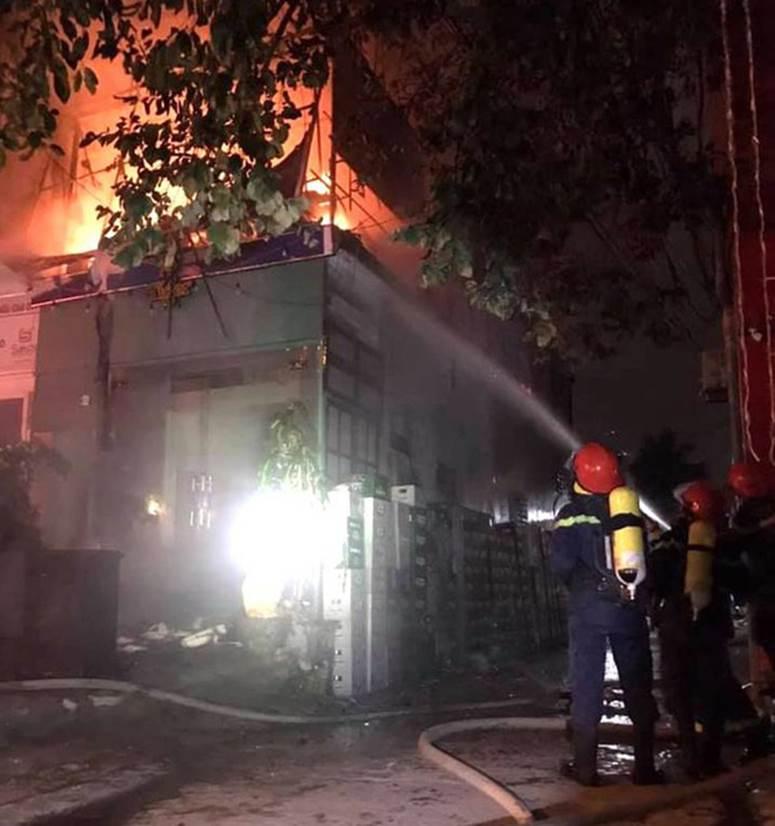 Thấy nhà cùng tài sản bị lửa thiêu rụi, thanh niên leo lên nóc nhà đòi tự tử-2