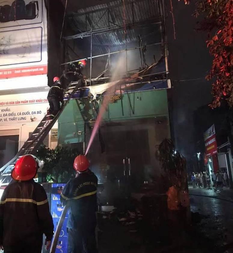 Thấy nhà cùng tài sản bị lửa thiêu rụi, thanh niên leo lên nóc nhà đòi tự tử-3