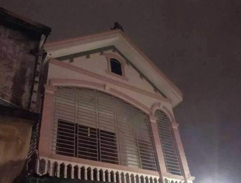 Thấy nhà cùng tài sản bị lửa thiêu rụi, thanh niên leo lên nóc nhà đòi tự tử-4