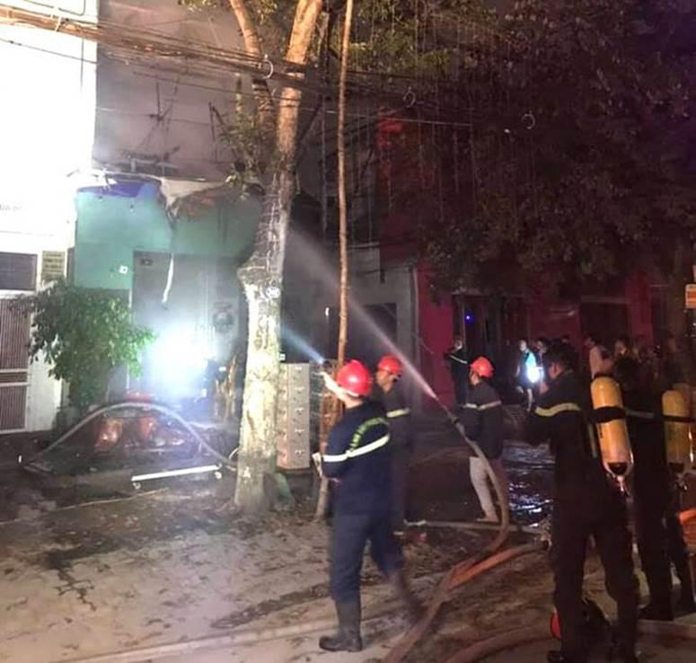 Thấy nhà cùng tài sản bị lửa thiêu rụi, thanh niên leo lên nóc nhà đòi tự tử-8