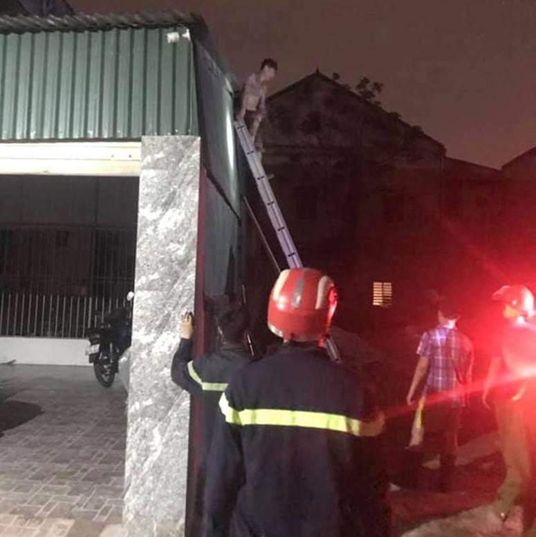 Thấy nhà cùng tài sản bị lửa thiêu rụi, thanh niên leo lên nóc nhà đòi tự tử-10