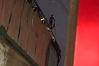 Thấy nhà cùng tài sản bị lửa thiêu rụi, thanh niên leo lên nóc nhà đòi tự tử