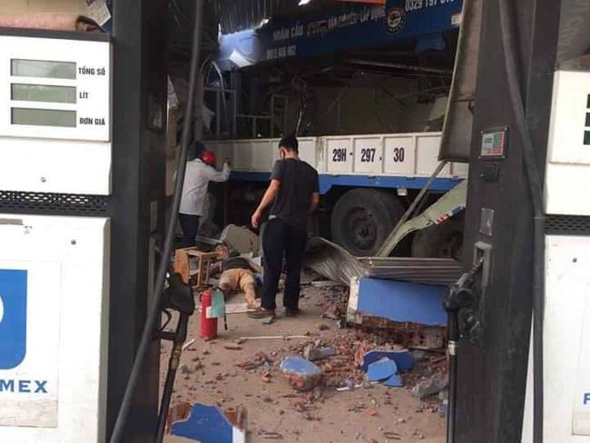 Lai Châu: Xe tải lao vào cây xăng làm 1 người tử vong, 5 người bị thương-3