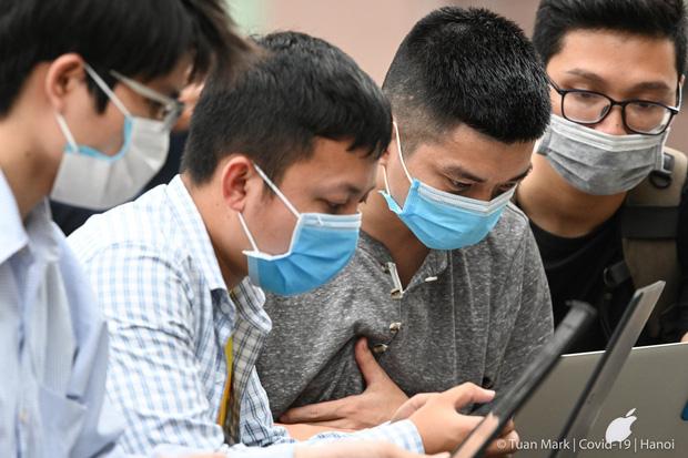 Câu chuyện về các phóng viên lăn xả vào điểm nóng để có được những hình ảnh, tin bài chân thực nhất trong mùa dịch Covid-19 tại Việt Nam-1