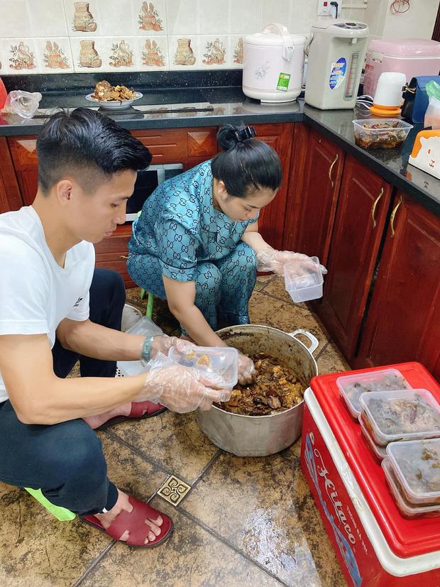 Bùi Tiến Dũng đúng chuẩn ông chồng kiểu mẫu: Hết chăm con lại xắn tay vào bếp phụ vợ làm đồ ăn bán hàng khi nghỉ dịch-1