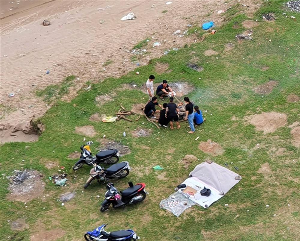 Đông người cắm trại ở chân cầu Vĩnh Tuy bất chấp dịch bệnh-2