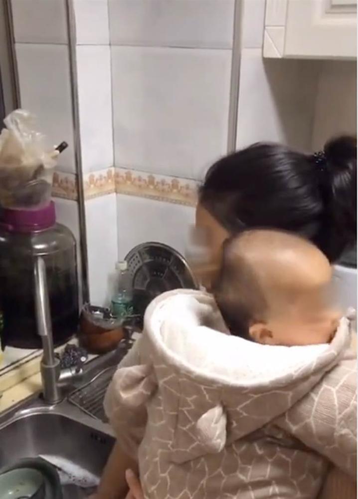 Đoạn clip về bà mẹ siêu nhân vừa ôm con vừa giải quyết núi việc nhà, nhưng lúc xong quay ra ăn cơm thì ai nhìn cũng muốn khóc khiến dân mạng tranh cãi-5