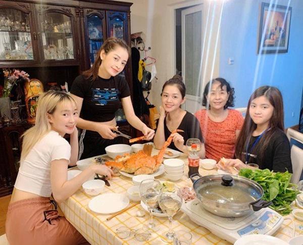 Khoe ảnh con gái vào bếp, mẹ Chi Puđược khen Nhà 2 gái, hái ra tiền-9