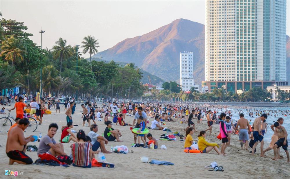 Hàng nghìn người tắm biển Nha Trang giữa cao điểm dịch-4