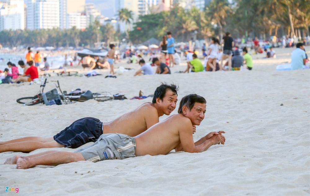 Hàng nghìn người tắm biển Nha Trang giữa cao điểm dịch-5
