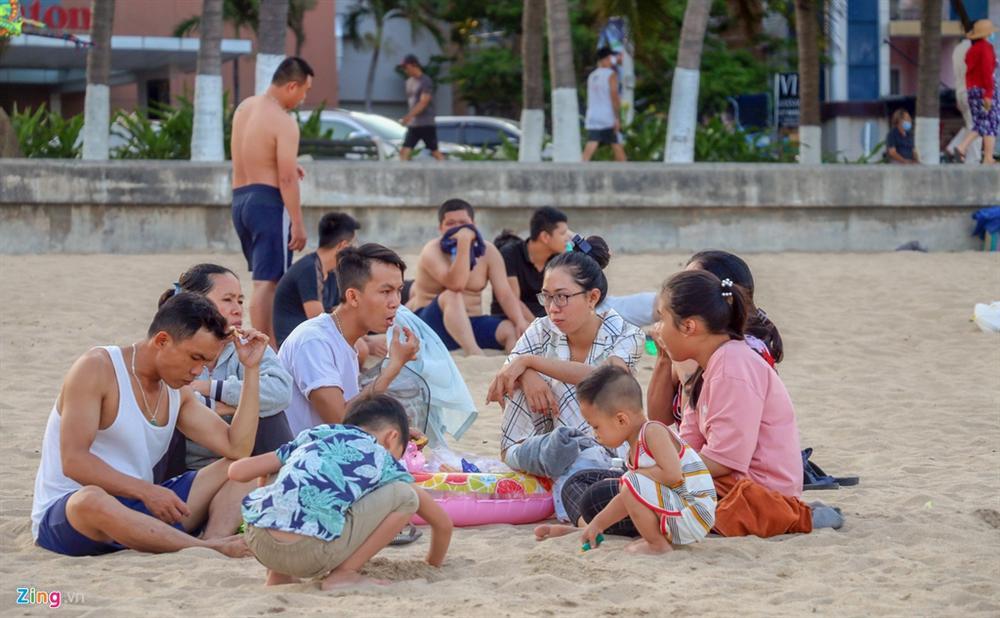 Hàng nghìn người tắm biển Nha Trang giữa cao điểm dịch-6