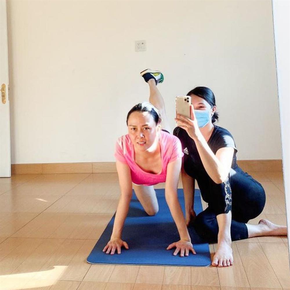 Phượng Chanel để lộ cả vòng 3 khi tập thể dục tại nhà mùa dịch-1