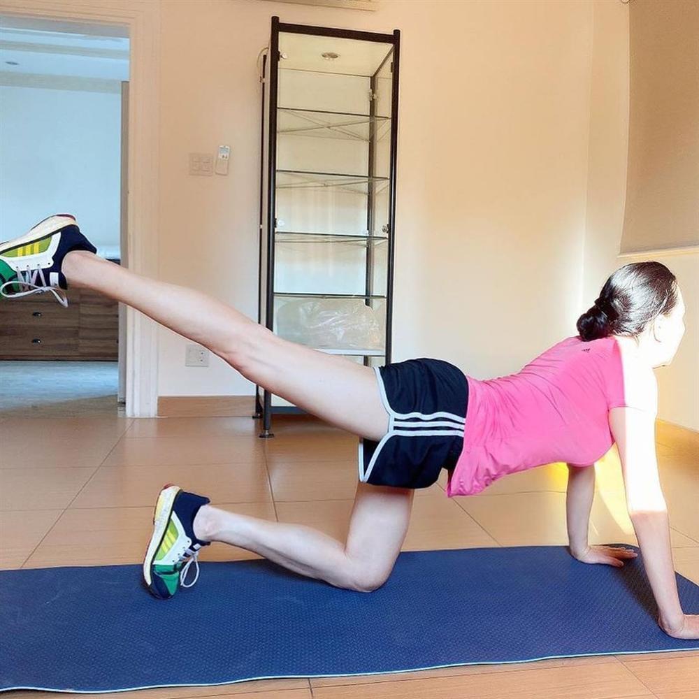 Phượng Chanel để lộ cả vòng 3 khi tập thể dục tại nhà mùa dịch-4