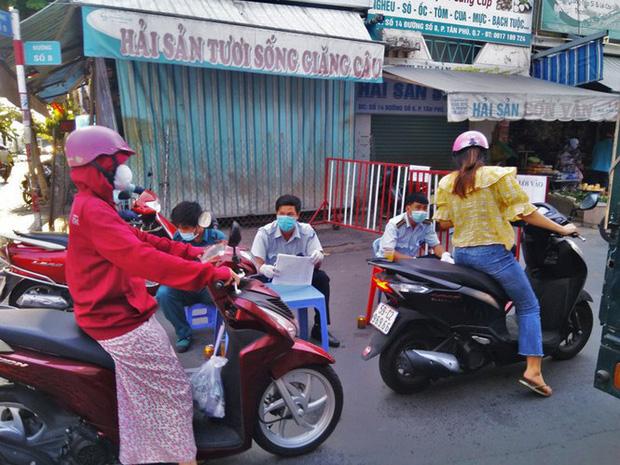 TP.HCM kiểm soát từng người vào chợ dân sinh-4