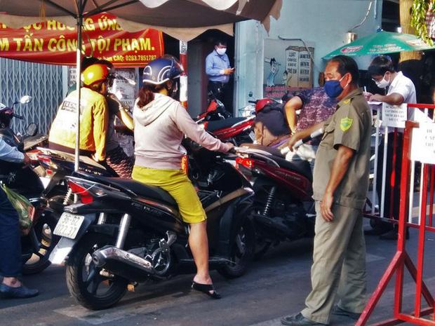 TP.HCM kiểm soát từng người vào chợ dân sinh-6