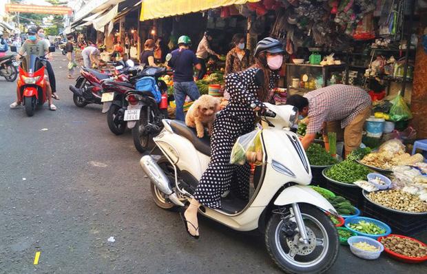 TP.HCM kiểm soát từng người vào chợ dân sinh-7