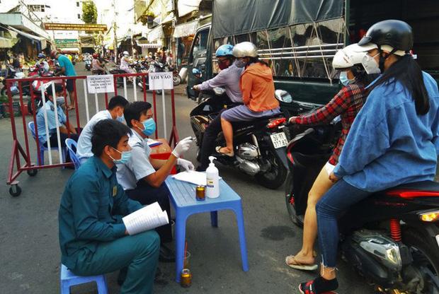 TP.HCM kiểm soát từng người vào chợ dân sinh-9