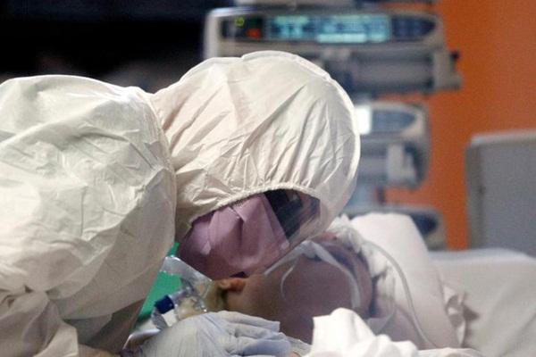Nỗi niềm y bác sĩ Mỹ ở tuyến đầu chống dịch Covid-19: Thấy bệnh nhân nghẹt thở trong vài phút, dù bận rộn vẫn cố siết chặt tay tiễn họ ra đi-4