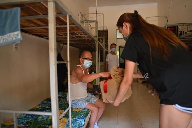 Võ Hoàng Yến ghi điểm bằng hành động đẹp: Cùng mọi người trong khu cách ly quyên góp 61 triệu hỗ trợ phòng dịch Covid-19-3