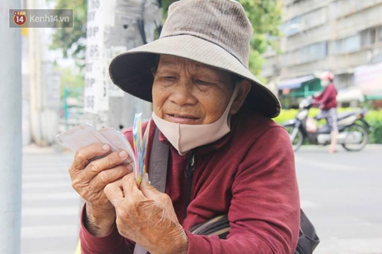 Chuyện từ những tấm vé số cuối cùng trước giờ cách ly toàn xã hội ở Sài Gòn: Mai dừng rồi, ngoại ở nhà không đi bán nữa mà gạo cũng hết rồi-1