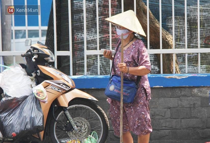 Chuyện từ những tấm vé số cuối cùng trước giờ cách ly toàn xã hội ở Sài Gòn: Mai dừng rồi, ngoại ở nhà không đi bán nữa mà gạo cũng hết rồi-2