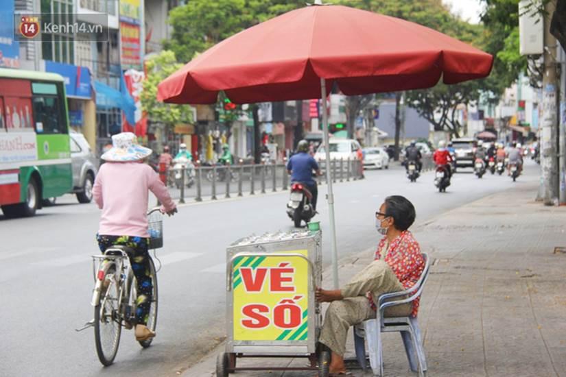 Chuyện từ những tấm vé số cuối cùng trước giờ cách ly toàn xã hội ở Sài Gòn: Mai dừng rồi, ngoại ở nhà không đi bán nữa mà gạo cũng hết rồi-3