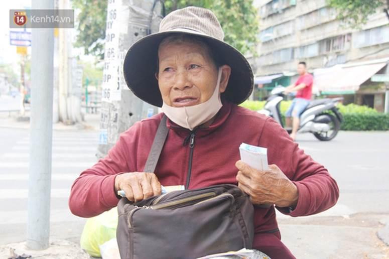 Chuyện từ những tấm vé số cuối cùng trước giờ cách ly toàn xã hội ở Sài Gòn: Mai dừng rồi, ngoại ở nhà không đi bán nữa mà gạo cũng hết rồi-4