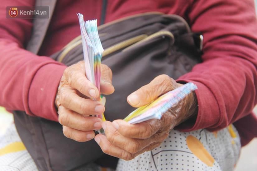 Chuyện từ những tấm vé số cuối cùng trước giờ cách ly toàn xã hội ở Sài Gòn: Mai dừng rồi, ngoại ở nhà không đi bán nữa mà gạo cũng hết rồi-5