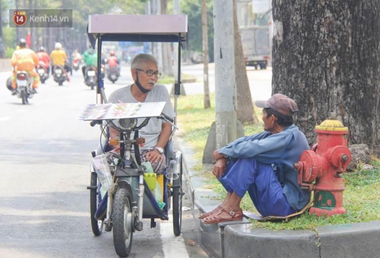 Chuyện từ những tấm vé số cuối cùng trước giờ cách ly toàn xã hội ở Sài Gòn: Mai dừng rồi, ngoại ở nhà không đi bán nữa mà gạo cũng hết rồi-7
