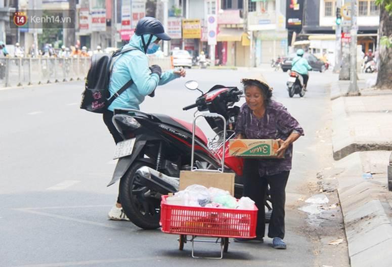 Chuyện từ những tấm vé số cuối cùng trước giờ cách ly toàn xã hội ở Sài Gòn: Mai dừng rồi, ngoại ở nhà không đi bán nữa mà gạo cũng hết rồi-14