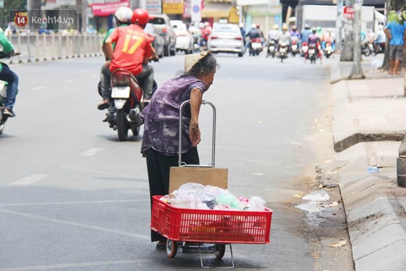 Chuyện từ những tấm vé số cuối cùng trước giờ cách ly toàn xã hội ở Sài Gòn: Mai dừng rồi, ngoại ở nhà không đi bán nữa mà gạo cũng hết rồi-15