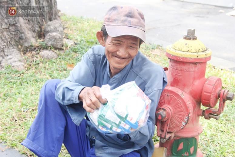 Chuyện từ những tấm vé số cuối cùng trước giờ cách ly toàn xã hội ở Sài Gòn: Mai dừng rồi, ngoại ở nhà không đi bán nữa mà gạo cũng hết rồi-16