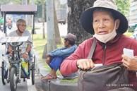 Chuyện từ những tấm vé số cuối cùng trước giờ 'cách ly toàn xã hội' ở Sài Gòn: 'Mai dừng rồi, ngoại ở nhà không đi bán nữa mà gạo cũng hết rồi'