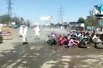 Cảnh sát Ấn Độ quất roi người bán hàng rong, lật đổ xe hàng-1
