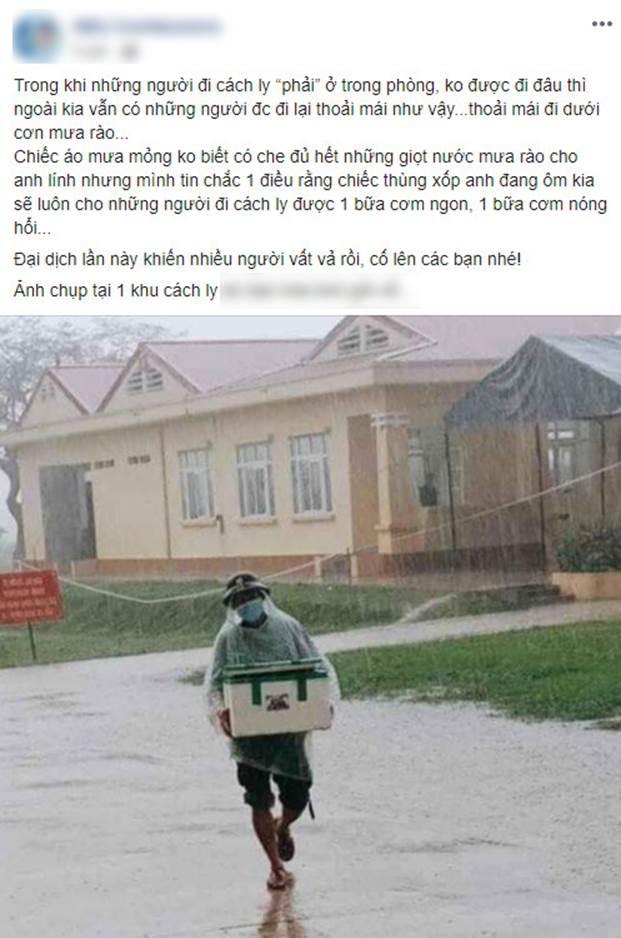 Hình ảnh anh lính đội mưa, khệ nệ bê thùng xốp tiếp tế lương thực cho người dân ở khu cách ly khiến ai nấy đều ấm lòng-1