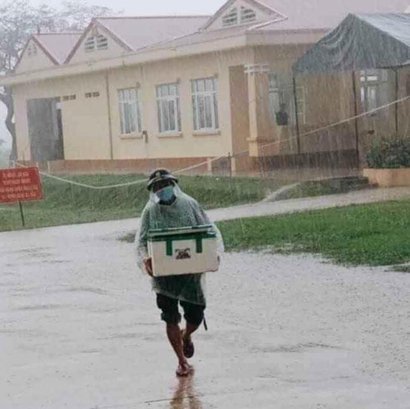 Hình ảnh anh lính đội mưa, khệ nệ bê thùng xốp tiếp tế lương thực cho người dân ở khu cách ly khiến ai nấy đều ấm lòng-2