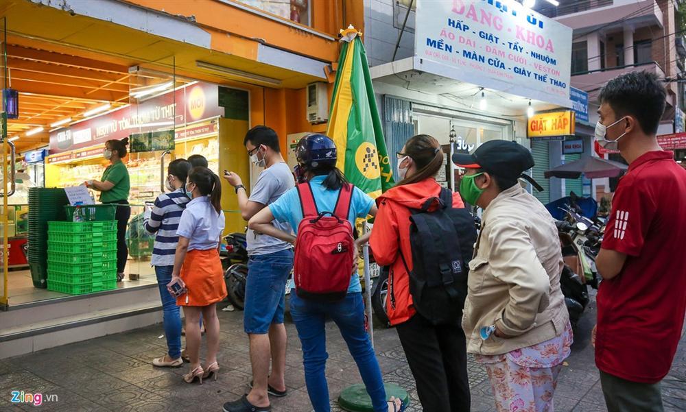 Người dân TP.HCM mua sắm trật tự trước lúc cách ly toàn xã hội-1