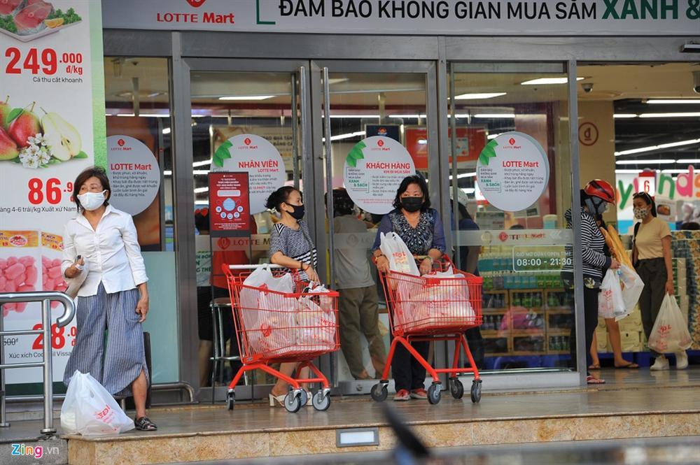 Người dân TP.HCM mua sắm trật tự trước lúc cách ly toàn xã hội-2