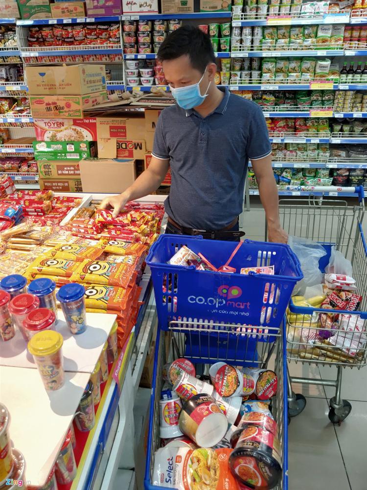 Người dân TP.HCM mua sắm trật tự trước lúc cách ly toàn xã hội-5