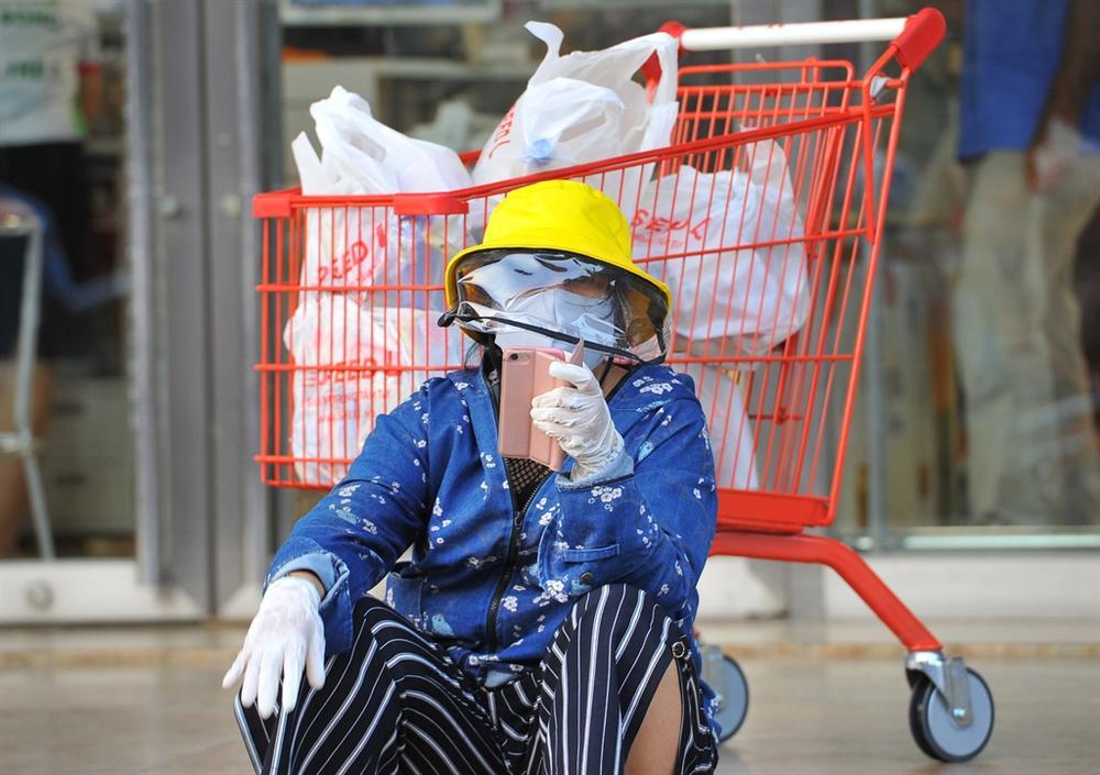Người dân TP.HCM mua sắm trật tự trước lúc cách ly toàn xã hội-6