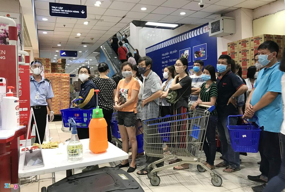 Người dân TP.HCM mua sắm trật tự trước lúc cách ly toàn xã hội-9