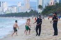 Nha Trang ra quân cưỡng chế người tắm biển