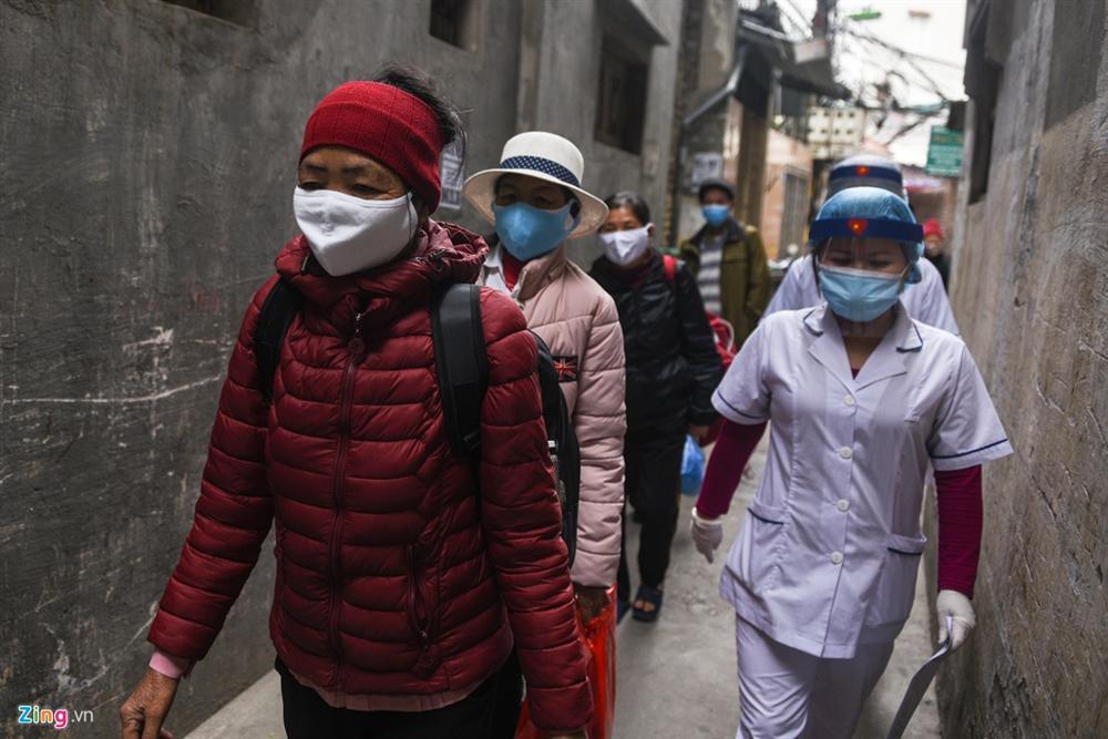 Xe quân đội đưa đón bệnh nhân chạy thận đến Bệnh viện Bạch Mai-1
