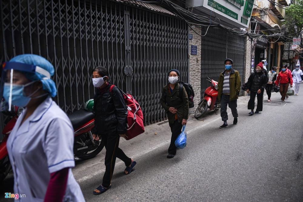 Xe quân đội đưa đón bệnh nhân chạy thận đến Bệnh viện Bạch Mai-2