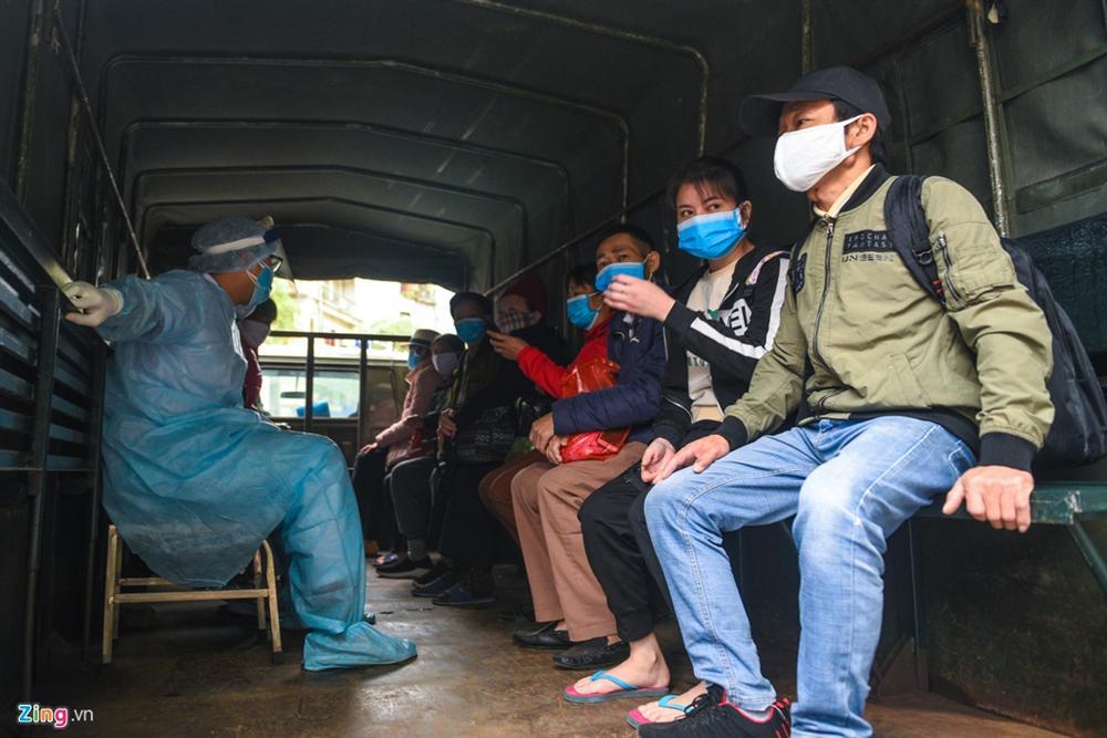 Xe quân đội đưa đón bệnh nhân chạy thận đến Bệnh viện Bạch Mai-3