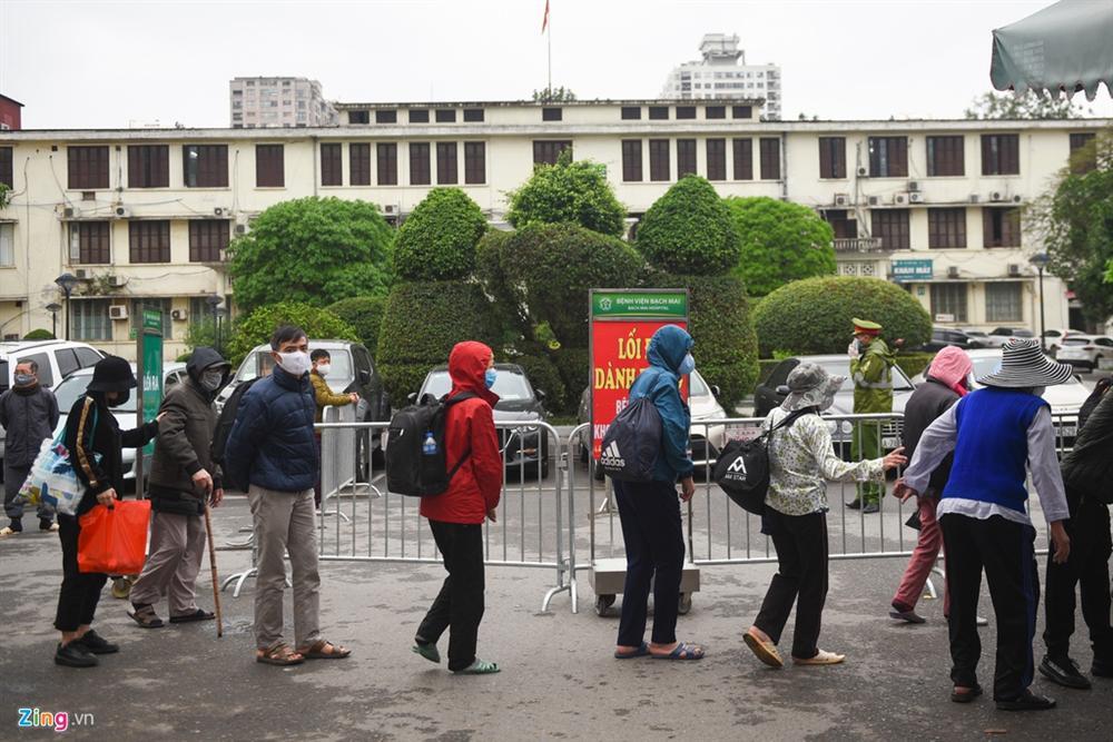 Xe quân đội đưa đón bệnh nhân chạy thận đến Bệnh viện Bạch Mai-6