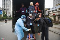 Xe quân đội đưa đón bệnh nhân chạy thận đến Bệnh viện Bạch Mai