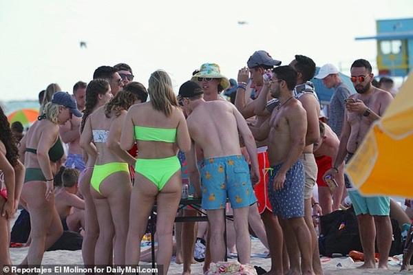 Rủ nhau đi biển, 28 sinh viên Texas nhiễm virus SARS-CoV-2-2