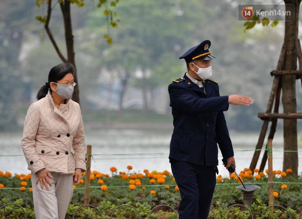 Nhiều người Hà Nội bị nhắc nhở hạn chế ra ngoài, tập thể dục và đeo khẩu trang xung quanh các phố trung tâm-1